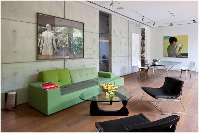 betonowe ściany we wnętrzu salonu