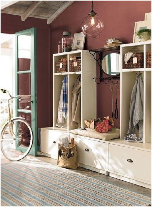 Бордовият цвят прави коридора не само красив, но и стилистично проверен.