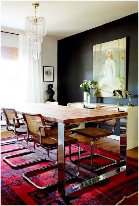 Трапезарията е осветена с бордо килим с ярък модел.