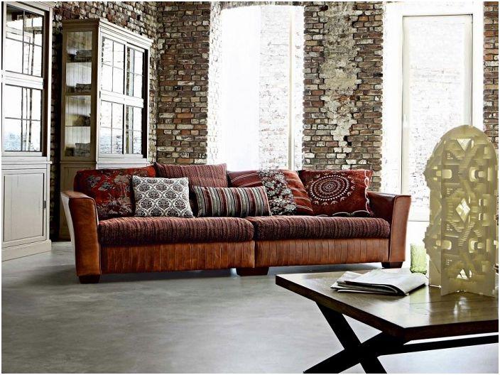 Комбинацията от различни стилове - страна в текстил и класика в мебелите, съчетана с оригинални стени, създават индивидуален облик на стаята.