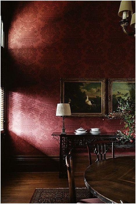 Класическият интериор с винен червен копринен тапет ще превърне стаята в скъпоценна кутия, покрита със скъпа коприна.