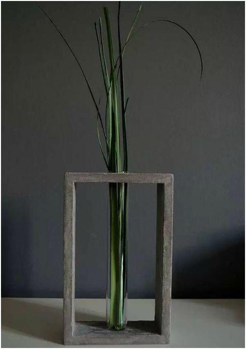 Стъклена и бетонна ваза.