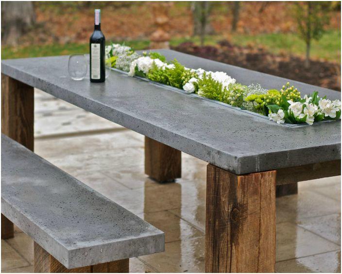 Дървена и бетонна маса и пейки.