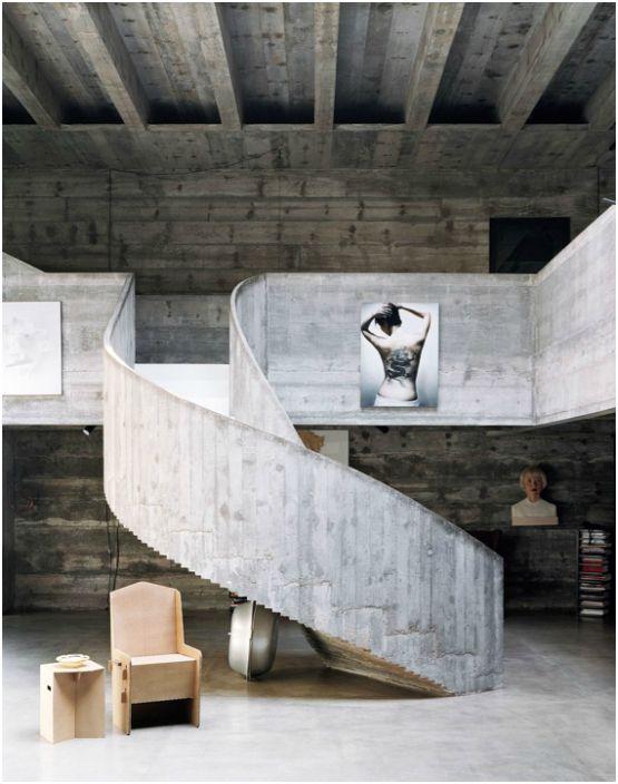 Стълбище с бетонни парапети.