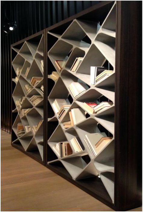 Шкаф за книги от дърво и бетон.