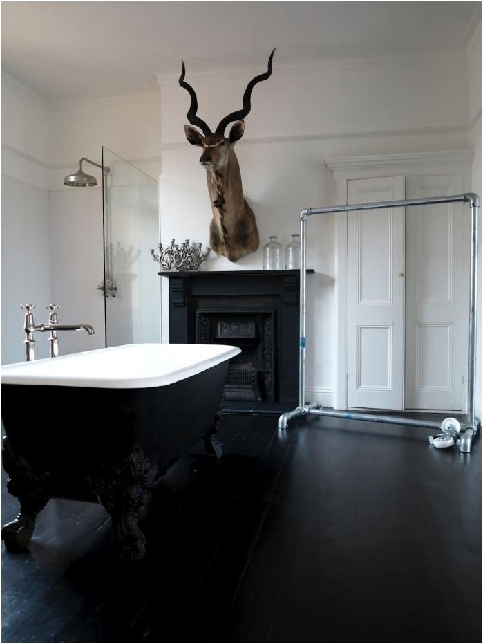 Черен под в интериора на банята