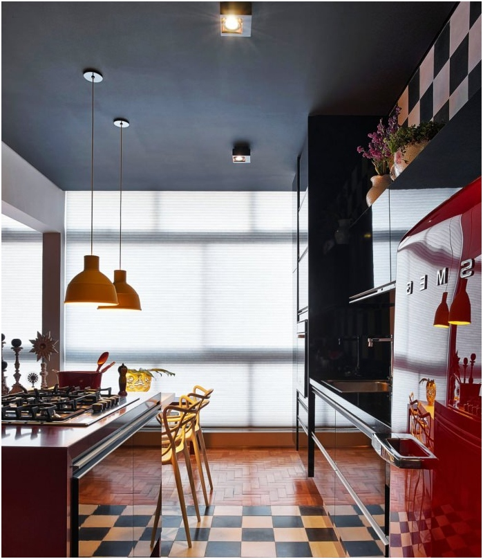 черен таван в интериора на кухнята