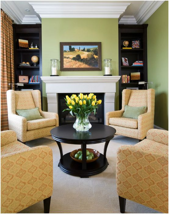 Интериор на всекидневната с масичка за кафе