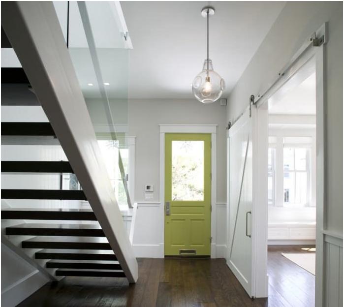 Лека перваза, тъмен под, светло зелена врата