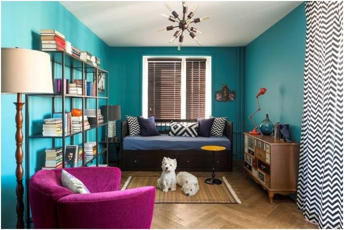 kontrastowe połączenie kolorów ścian, podłogi i sufitu