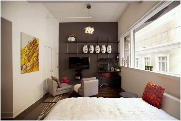 połączenie kolorów ścian, podłogi i sufitu w wąskim pomieszczeniu