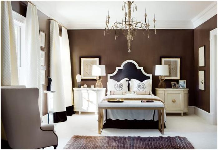 jasny sufit i podłoga, ciemne ściany