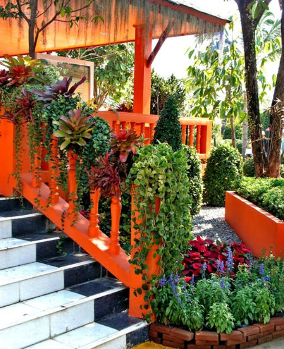 Ампел растения на парапета на верандата.