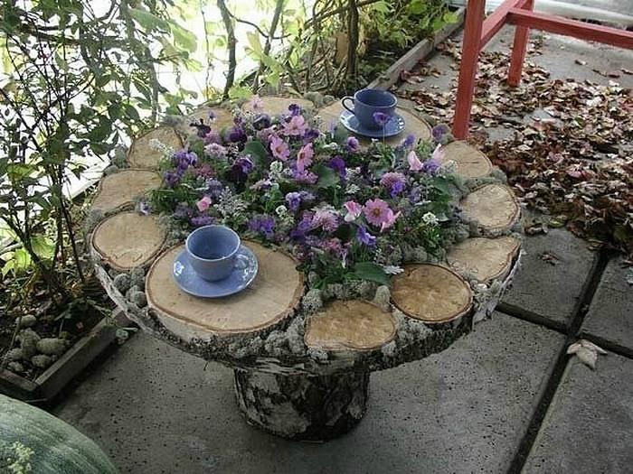 Домашна маса с цветни легла.