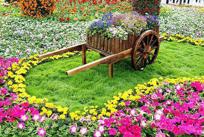Цветно легло, изработено от стара дървена количка.