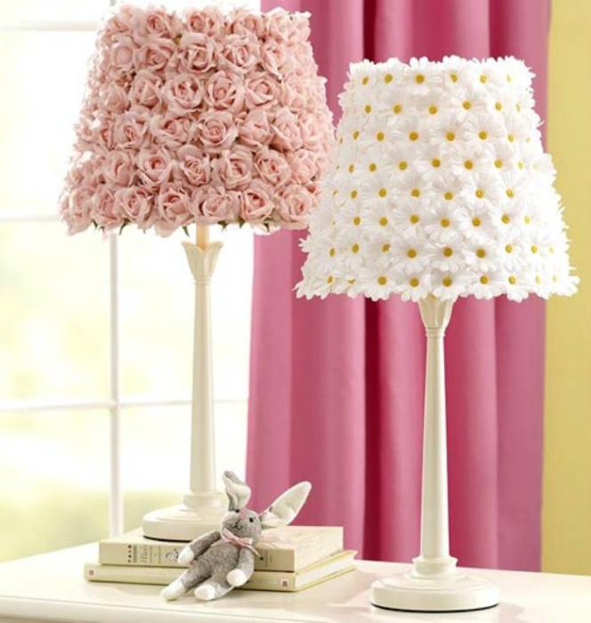 Абажури, изработени от хартиени цветя.