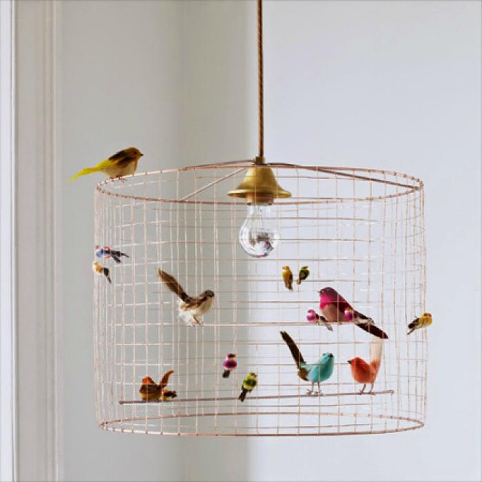 Плафон, направен от клетка за птици.