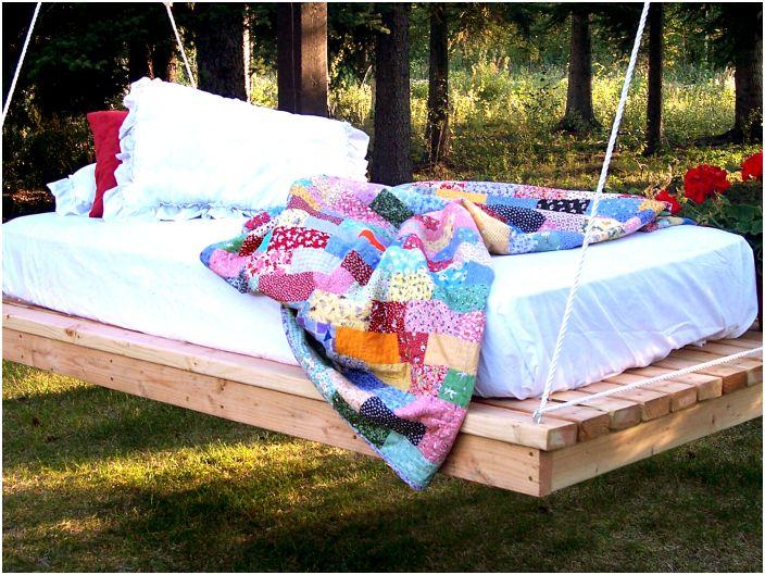 Wiszące łóżko na świeżym powietrzu.