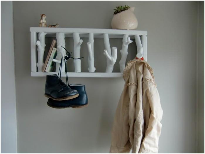 закачалка, изработена от рязано дърво