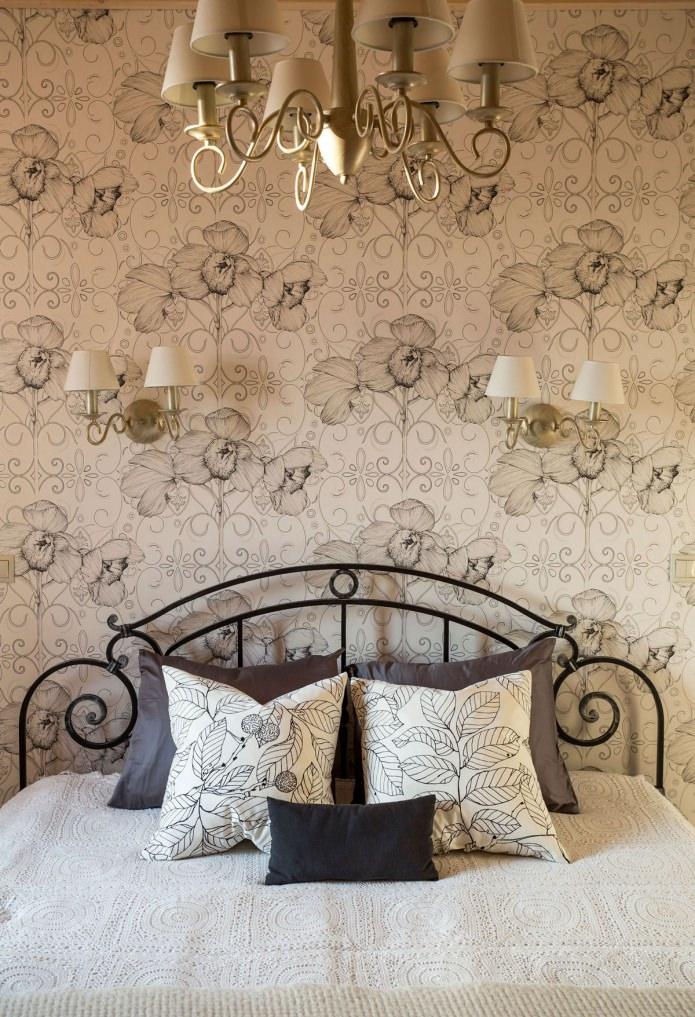 черно-бял принт с цветя на тапети в спалнята