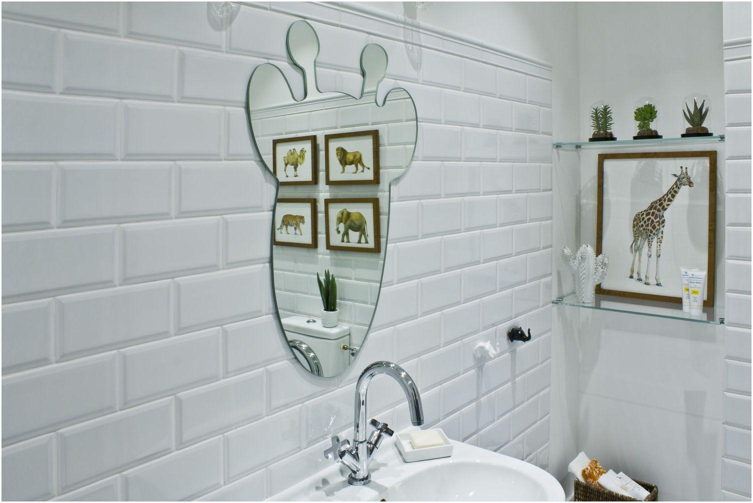 огледало под формата на жираф в дизайна на детска баня