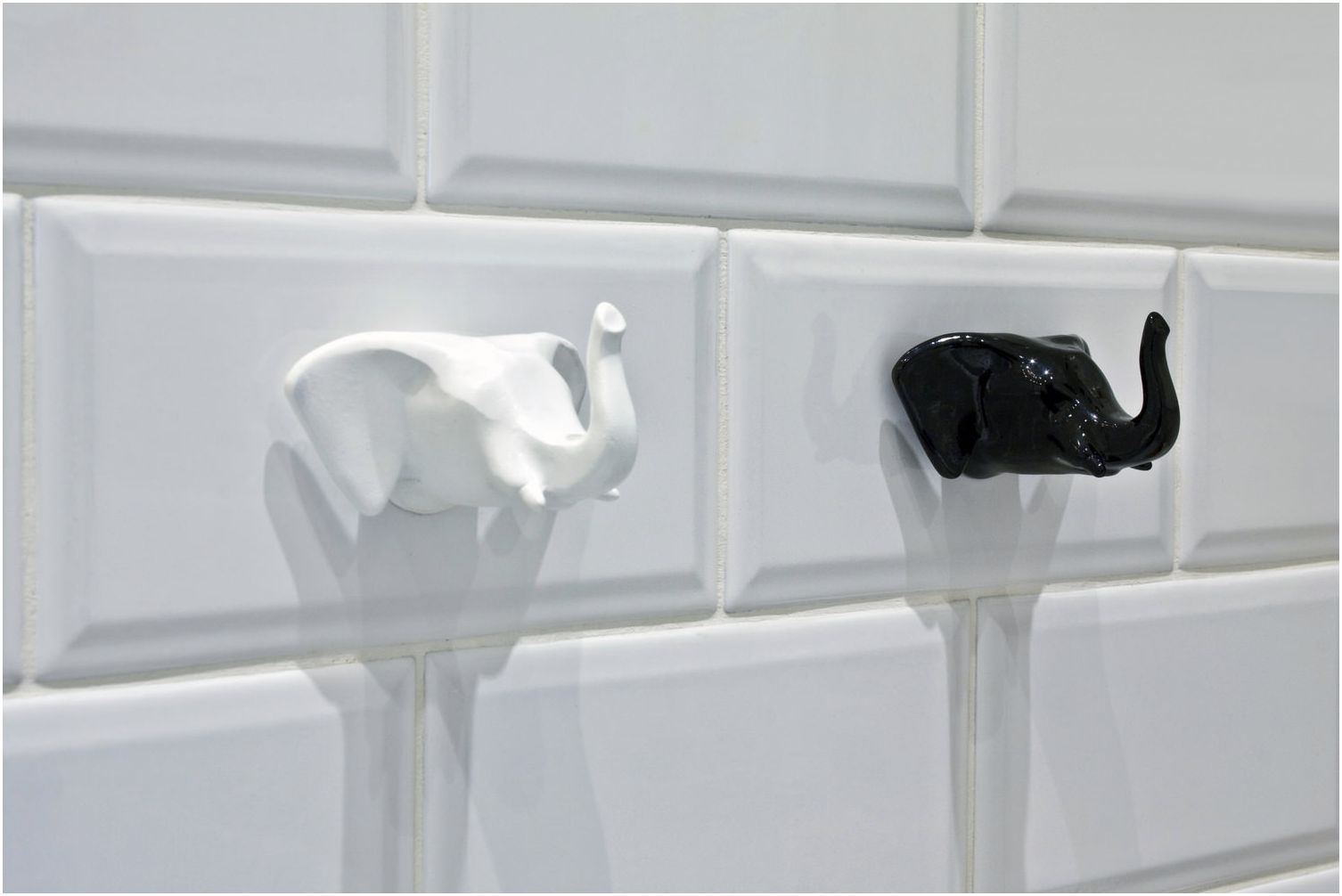 куки под формата на слонове в детската стая в банята
