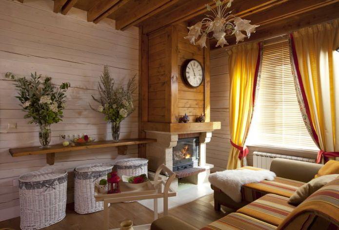 stue med peis i hus i Provence-stil