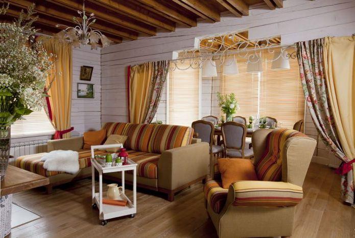 interiør i en stue i et landsted i Provence-stil