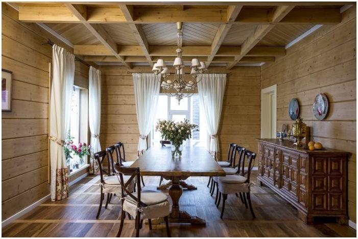 spisestue i det indre av huset laget av laminert finertømmer