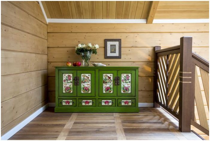 grønt kommode i det indre av huset laget av limt laminert tømmer