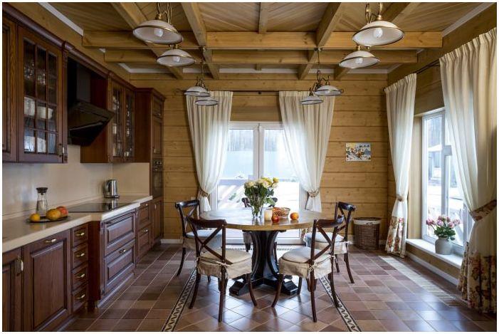 столовая в дизайне интерьера деревянного дома