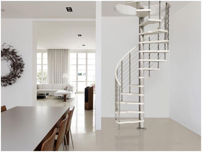 Дизайн на стълбище към втория етаж