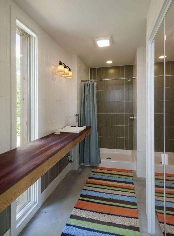 ванная комната в интерьере небольшого жилого дома