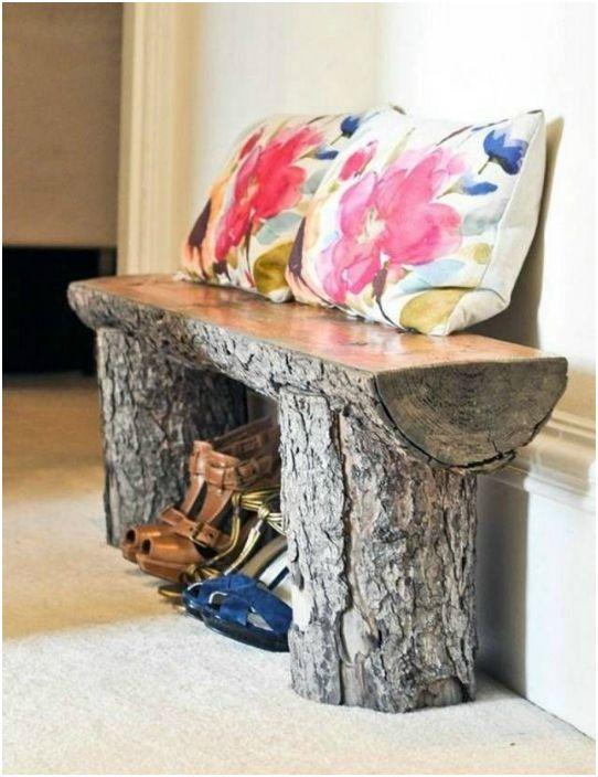 Дървена пейка.
