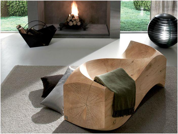 Вълнова пейка, изработена от мека дървесина.