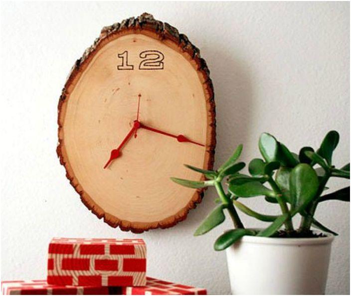 Дървен часовник, отрязан от трион.