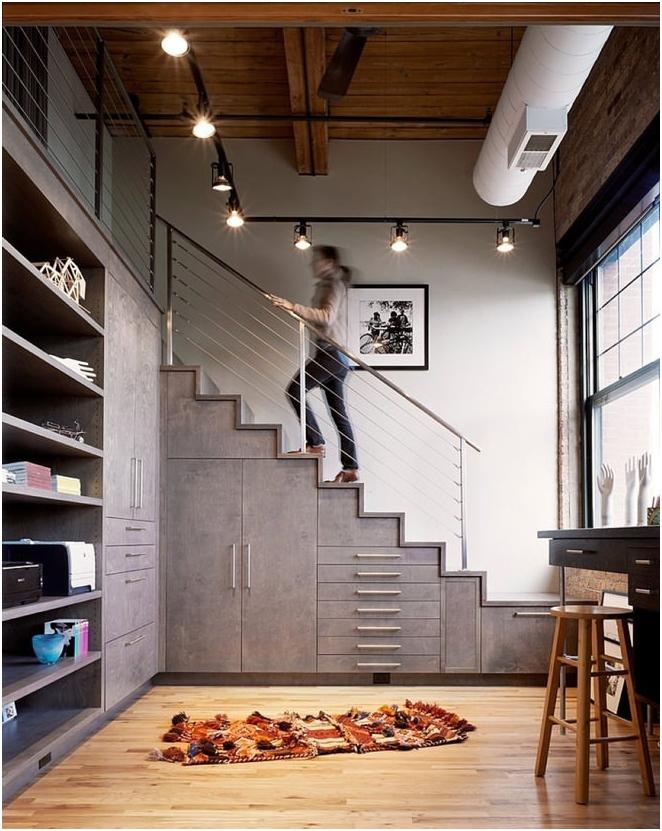 място под стълбите