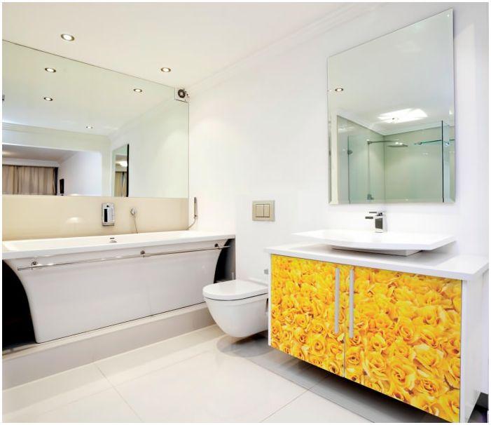 интериор на банята в бяло и жълто