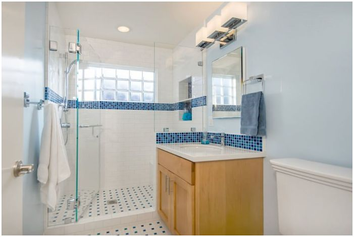 дизайн сине-белой ванной комнаты