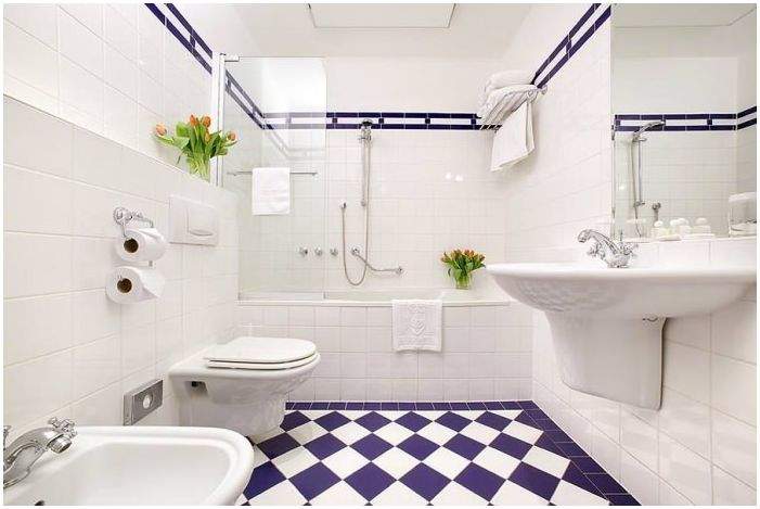 син и бял дизайн на баня