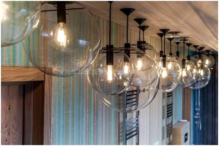 стъклени топки-висулки в банята