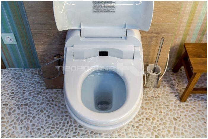 висяща тоалетна в интериора на банята