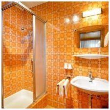 Дизайн ванной комнаты в оранжевом цвете-19