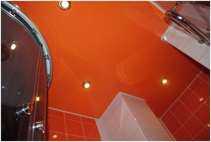 натяжной потолок в дизайне оранжевой ванной комнаты