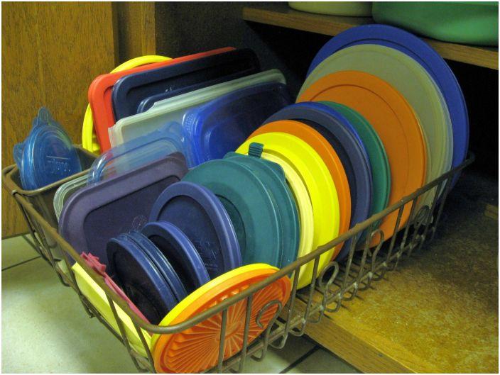 Хранение крышек на подставке для посуды.