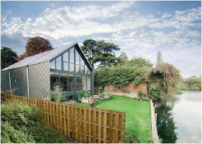 Amphibious House е къща, която не се страхува от сезонните наводнения.