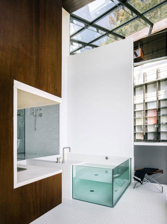 интериор на баня в къща с изглед към океана