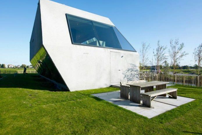 Къща с необичайна форма от студио VMX Architects