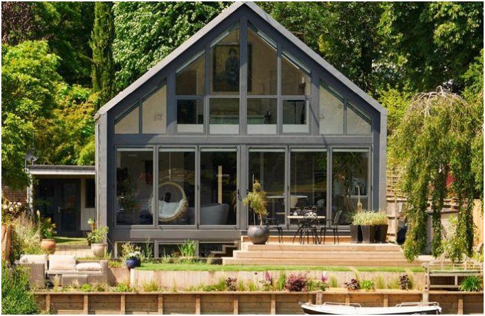 Амфибийна къща, разположена в Бъкингамшир (Обединеното кралство).
