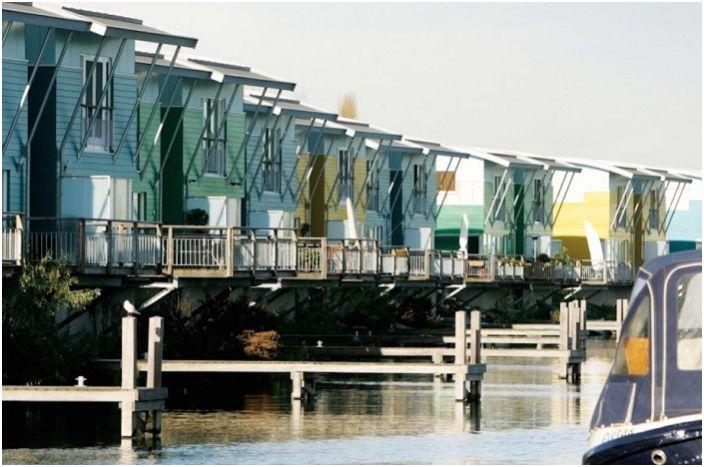 Дома на амфибиите на Maasbommel & rsquo; s край река Мез (Холандия).